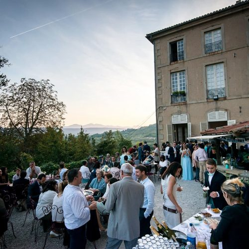 mariage-chateau-chalabre-aude-pays-cathare-cours-aperitif-champagne-tables-1-1300x867
